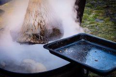 Vyberanie uvarenej pečienky z kotla