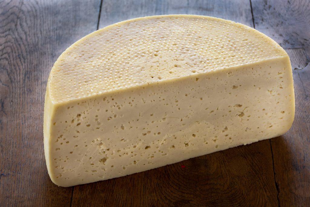 Bochník fermentovaného ovčieho syry
