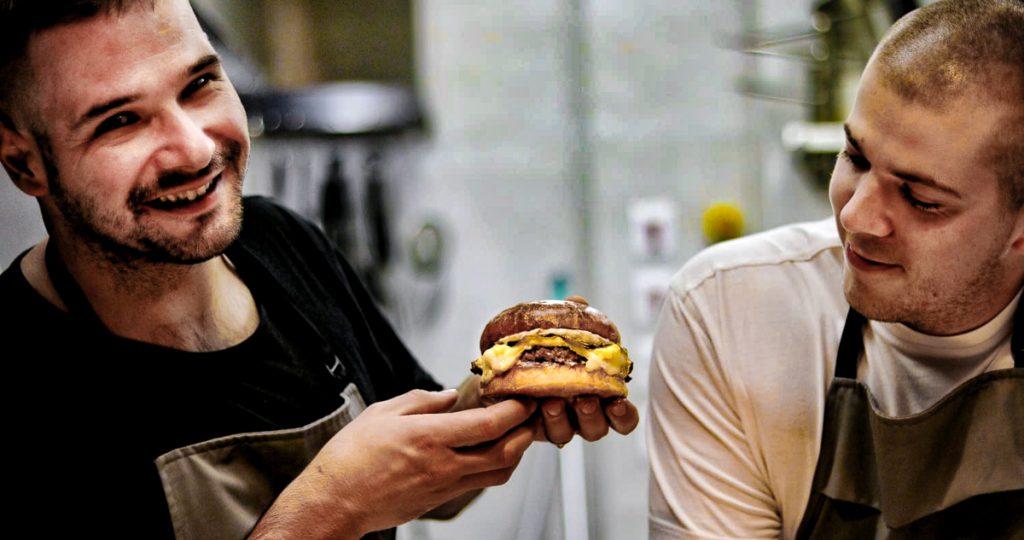 Martin Miklošík ( naľavo ) a Hľuzovkový hamburger